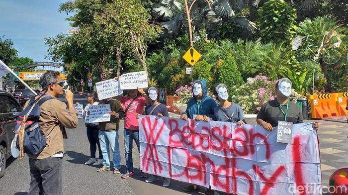 Demo bebaskan Dhandy Dwi Laksono dari statusnya sebagai tersangka (Foto: Amir Baihaqi)