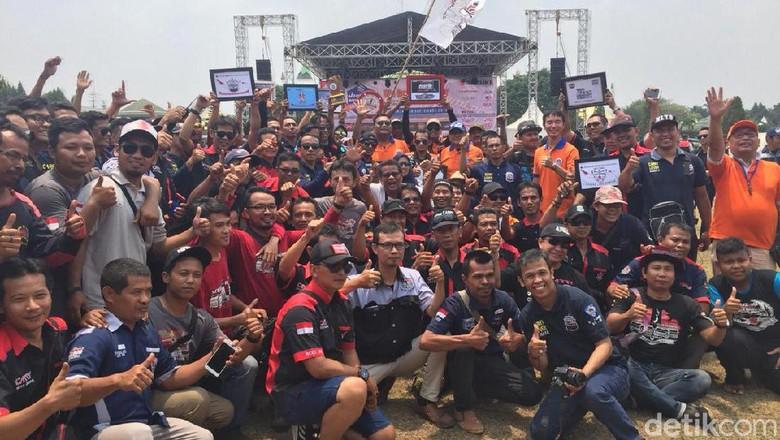 Soebronto Laras di tengah kerumunan anggota klub Suzuki Carry Club Indonesia (Foto: Dadan Kuswaraharja)