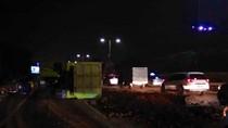 Truk Bermuatan Tanah Terguling di Tol Cengkareng arah Bandara Soetta