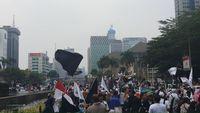Bendera Tauhid Raksasa Dibentangkan Massa Aksi Mujahid 212 di Patung Kuda