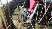 Soal fitur keamanan, Honda ADV 150 sudah memiliki pilihan teknologi ABS yang mencegah roda motor mengunci saat dilakukan panic braking. Selain itu, ada fitur ESS (Emergency Stop Signal) pada tipe ABS.