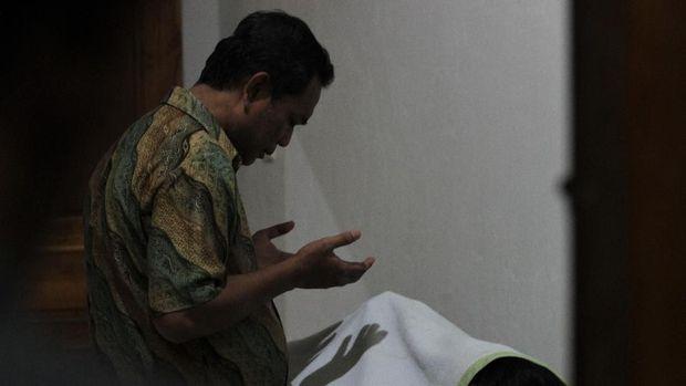 Keluarga memanjatkan doa untuk almarhum Immawan Randi (21), mahasiswa Universitas Halu Oleo yang tewas, Kamis (26/9).