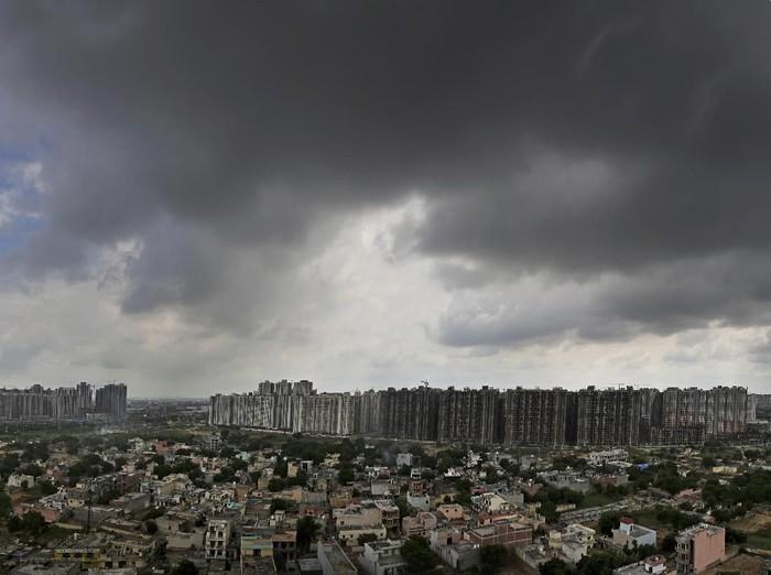 Kondisi langit di wilayah Uttar Pradesh yang dilanda banjir karena hujan nonstop (AP Photo/Altaf Qadri)