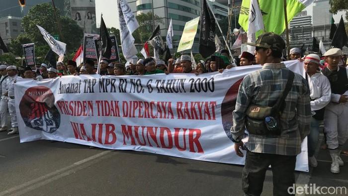 Aksi Mujahid 212 dengan tulisan spanduk yang salah (Rolando/detikcom)