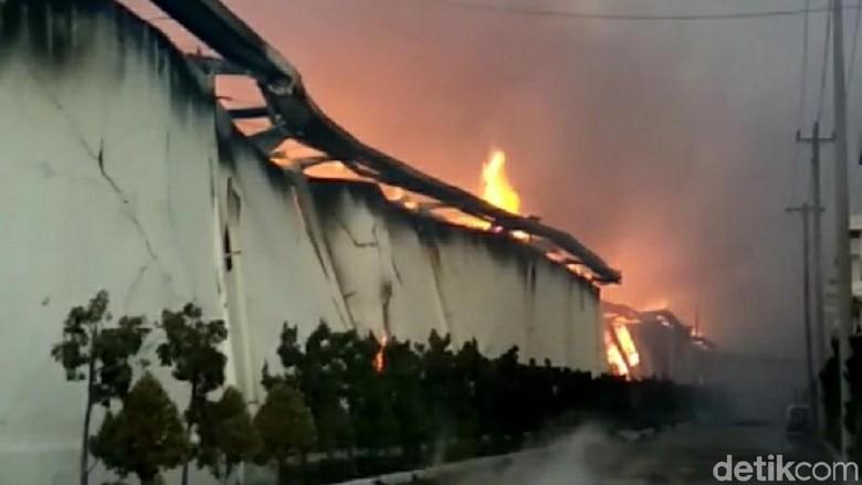 Api di Gudang Kapas Sritex Masih Membara, Asap Mengepul Tinggi