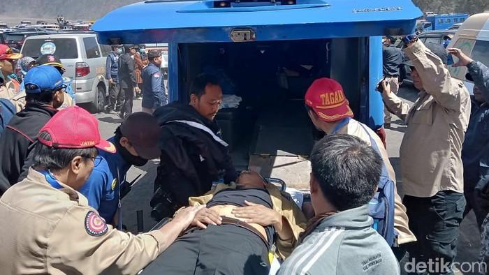 Gus Irsyad yang ambruk segera dibawa ke rumah sakit (Foto: M Rofiq)