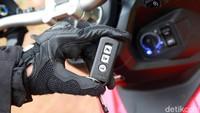 Fitur bermanfaat lainnya yang disematkan pada skutik ini adalah Honda Smart Key System. Motor ini tak perlu anak kunci karena sudah menggunakan siistem keyless, pengoperasian kunci kontak jadi lebih sederhana dan tentunya lebih aman dari pencurian.
