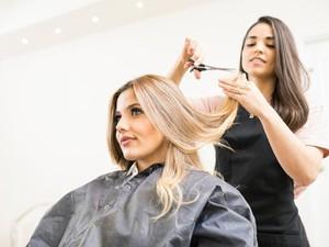 Viral Aksi Hairdresser Takut Corona, Pakai Payung Saat Potong Rambut Klien