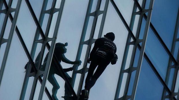 'Spiderman' Prancis Ditangkap Setelah Panjat Gedung Skyper di Jerman