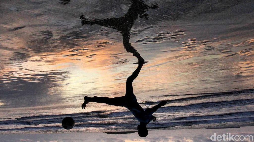 Asyiknya Anak-anak Bermain Bola di Kala Matahari Terbenam