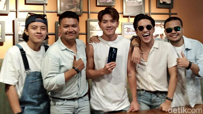 Boyband SMASH dan Oppo A9 2020 (Aisyah Kamaliah/detikINET)