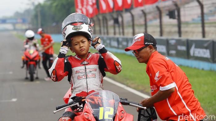 Sebanyak 12 pebalap belia dari berbagai daerah di Indonesia yang lolos seleksi pembinaan AHRS tengah merasapi motor Honda CBR 150CC.