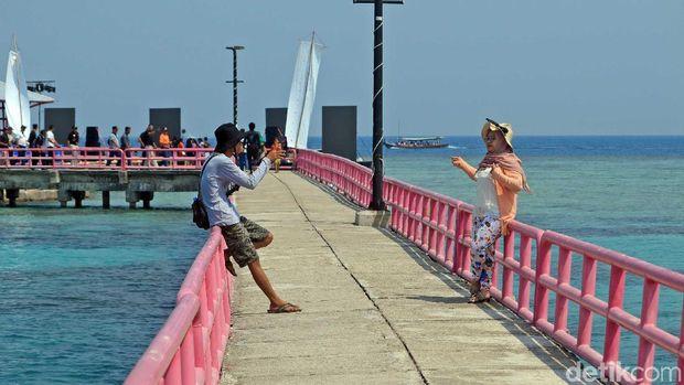Wisatawan di Jembatan Cinta