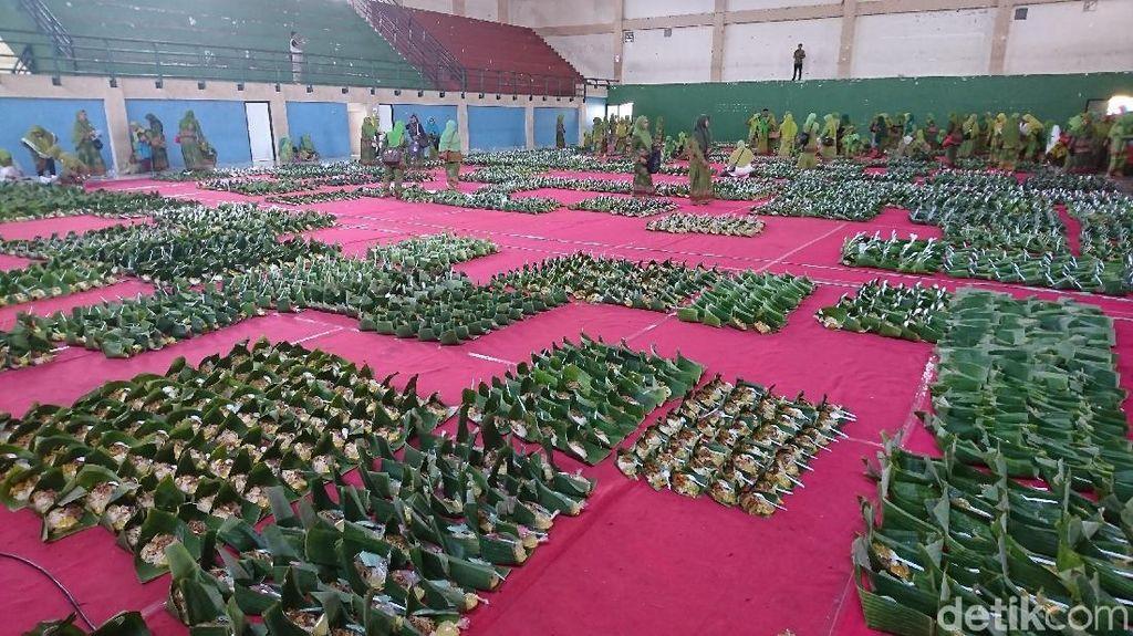 9.738 Nasi Pincuk Ayam Lodho Suwir Pecahkan Rekor Muri