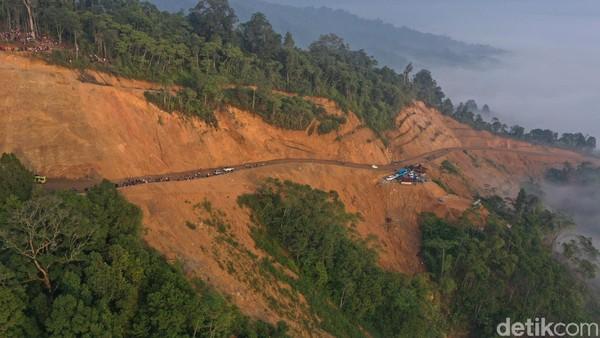 Perjalanan ke Gunung Luhur dari Jakarta dapat ditempuh sekitar 4 jam 30 menit. Keluarlah dari Tol Bitung 1, kemudian menuju ke arah Cipanas hingga ke Gunung Luhur (Didik Dwi H/detikcom)