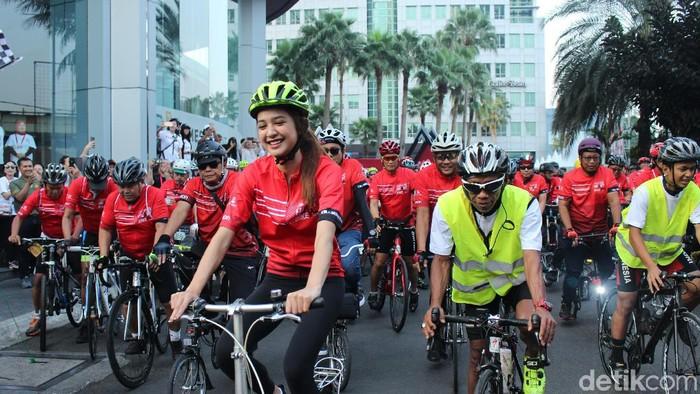 Mikha Tambayong gowes sepeda di Jakarta Heart Bike. (Foto: Nabila Ulfa Jayanti/detikHealth)