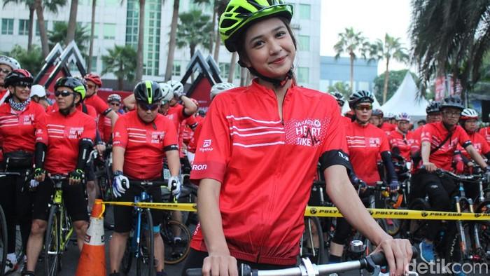 Aktris Mikha Tambayong menjadi duta Yayasan Jantung Indonesia. Pentingnya menjaga kesehatan jantung sejak dini menjadi motivasi terbesarnya untuk ikut Jakarta Heart Bike 2019. (Foto: Nabila Ulfa Jayanti/detikHealth)
