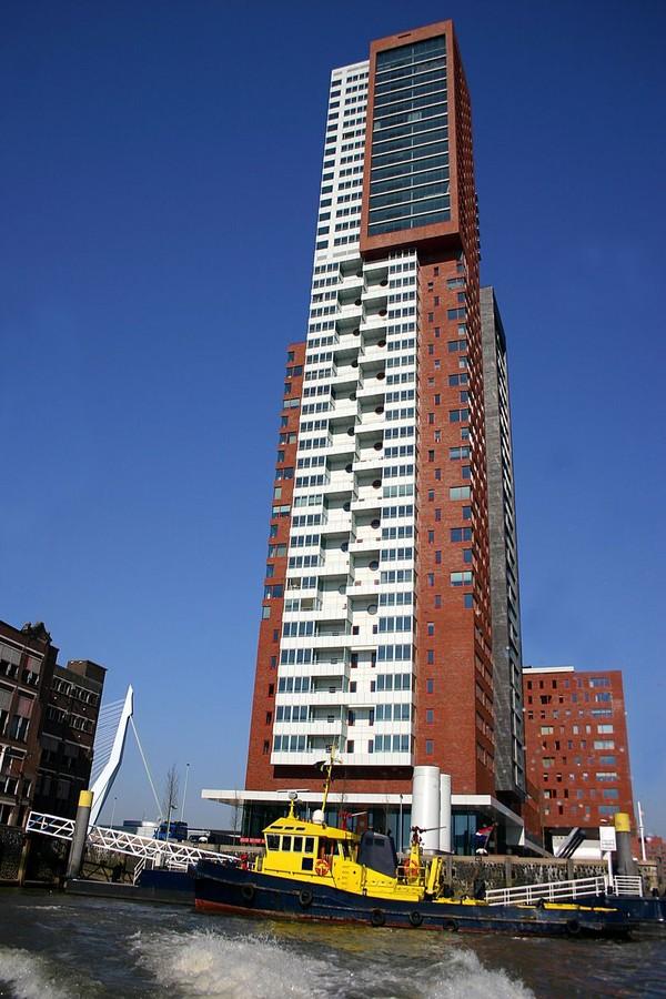 Montevideo berlokasi di samping Port Of Rotterdam. Tingginya mencapai 139,5 m memiliki lambang M besar di bagian atas gedung (iStock)