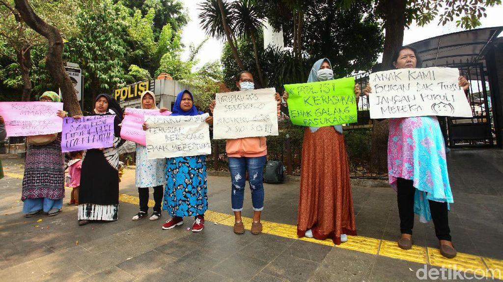 Kutuk Aksi Kekerasan Demo DPR, Emak-emak Orasi di Polda Metro