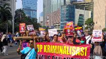 Tuntut Polisi Hentikan Kasus Dandhy Laksono, AJI Gelar Aksi Jalan Mundur