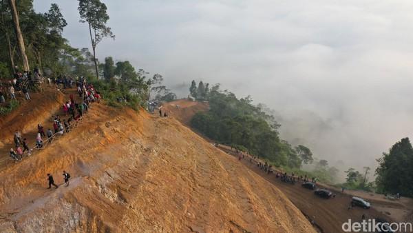 Tiket masuk ke Gunung Luhur hanya Rp 5 ribu. Sedangkan biaya parkir untuk mobil Rp 10 ribu dan motor Rp 5 ribu (Didik Dwi H/detikcom)