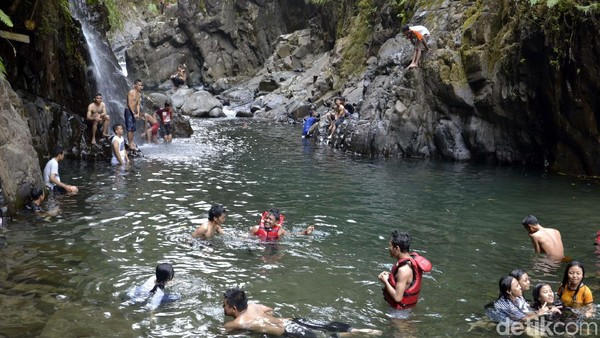 Black Canyon memang tengah digandrungi pengunjung, terutama anak-anak muda. Tiketnya juga cukup murah, hanya Rp 5.000 saja per orang. (Robby/detikcom)