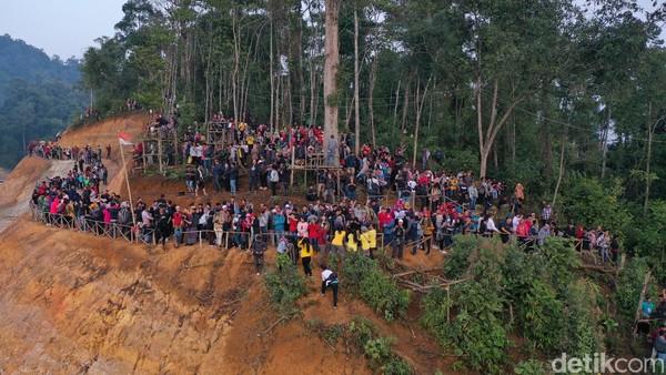 Para wisatawan yang memadati Gunung Luhur (Didik Dwi H/detikcom)