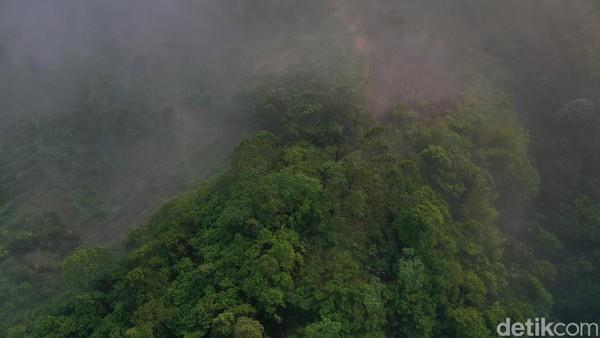 Lewat kamera drone, inilah perbukitan yang diselimut awannya (Didik Dwi H/detikcom)