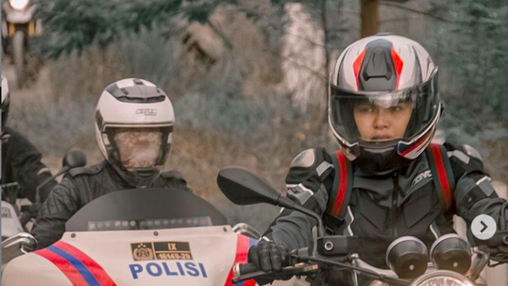 Gaya Nikita Mirzani Touring Pakai Moge BMW