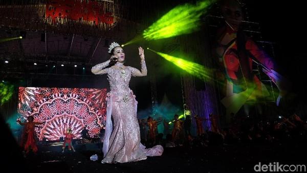 Penyanyi Lilis Karlina saat Festival Goyang Karawang tahun 2019 lalu yang mencetak rekorMURI setelah diikuti 17.000 lebih penari Foto: Luthfiana Awaludin/detikcom