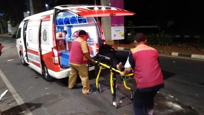 Ambulans DKI bantu polisi yang terluka saat ricuh di sekitar Senayan (Ahmad Bil Wahid/detikcom)