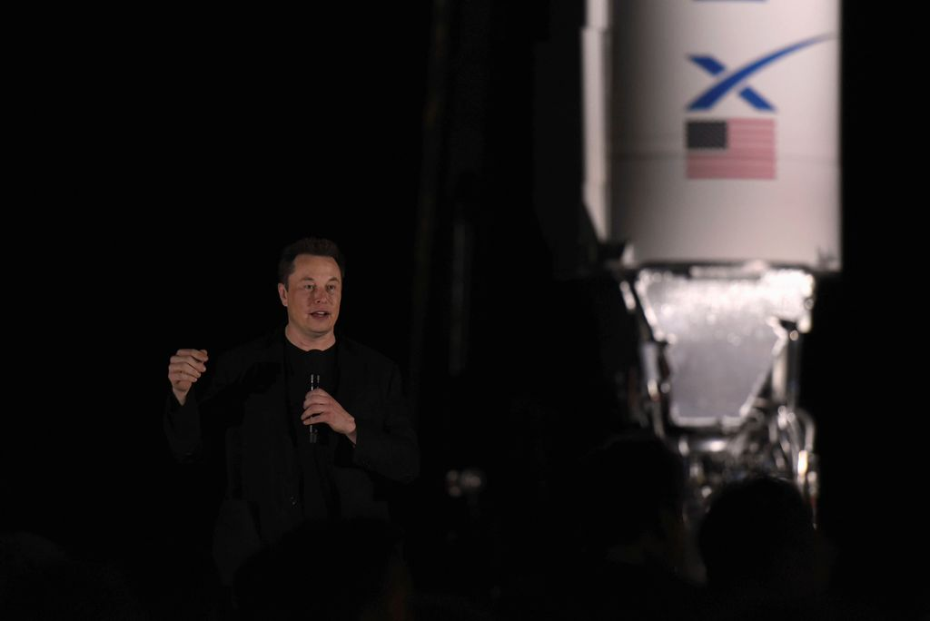 Ini pada dasarnya adalah holy grail antariksa, kata Musk yang berdiri di antara riket Starship dan Falcon 1, roket pertama buatan SpaceX. Foto: Reuters