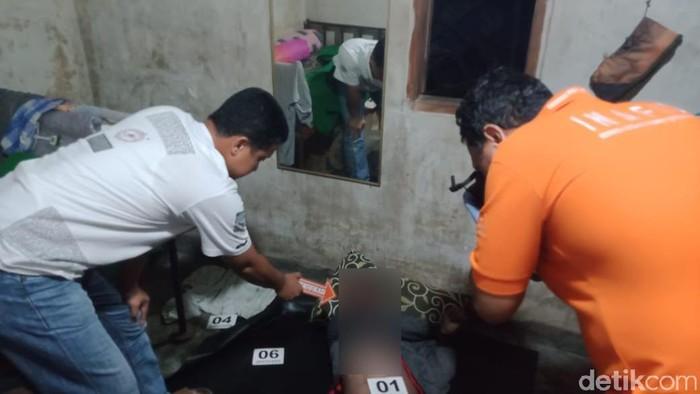 Polisi olah TKP jukir tewas overdosis/Foto: Enggran Eko Budianto