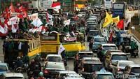 Ini penampakan massa mahasiswa yang menumpang bus kota dan nekat menerobos masuk ke dalam jalur TransJakarta.