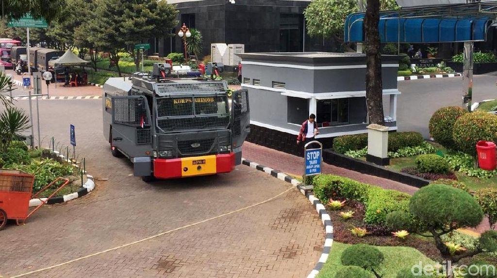 Brimob hingga Water Cannon Kawal Demo di Kantor Sri Mulyani