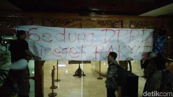 Massa #SemarangMelawan Segel Gedung DPRD Jateng