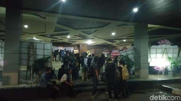 Bubarkan Diri, Massa Aksi #SemarangMelawan Tinggalkan DPRD Jateng