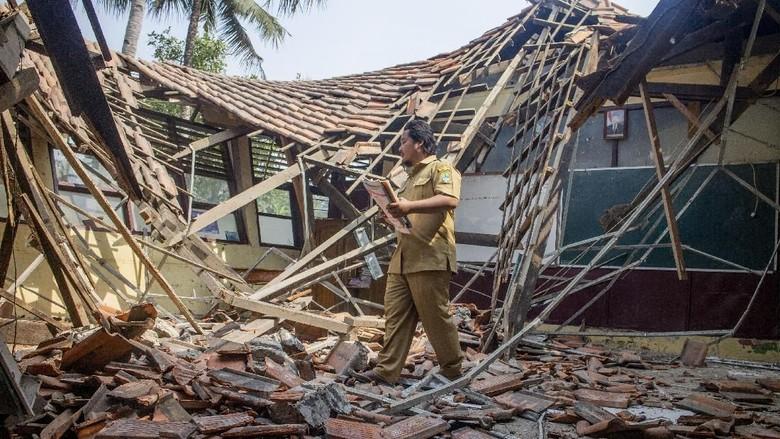 Duh, Atap Sekolah SD di Karawang Ambruk