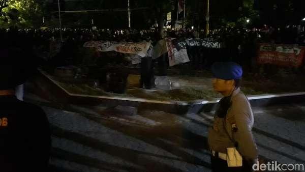 Lewat Batas Waktu, Aksi #SoloBergerak di DPRD Solo Makin Panas