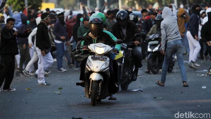 Efek gas air mata juga dirasakan oleh warga (Foto: Rifkianto Nugroho)