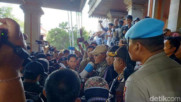 Massa aksi #BaliTidakDiam menyampaikan tujuh tuntutan ke Ketua DPRD Bali sementara I Nyoman Adi Wiryatama.