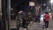 Mobil yang Dibakar Padam, Brimob-Paskhas Berjaga di Depan Polsek Tn Abang