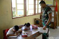 Serda Satriyo mengajar di SD Negeri Miangas (Ridho/detikcom)