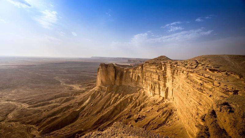Jebel Fihrayn merupakan gurun berbatu dengan keajaiban geologis yang menakjubkan. Di sini Anda bisa menemukan pemandangan indah yang tidak terputus dari cakrawala. (Foto: iStock)