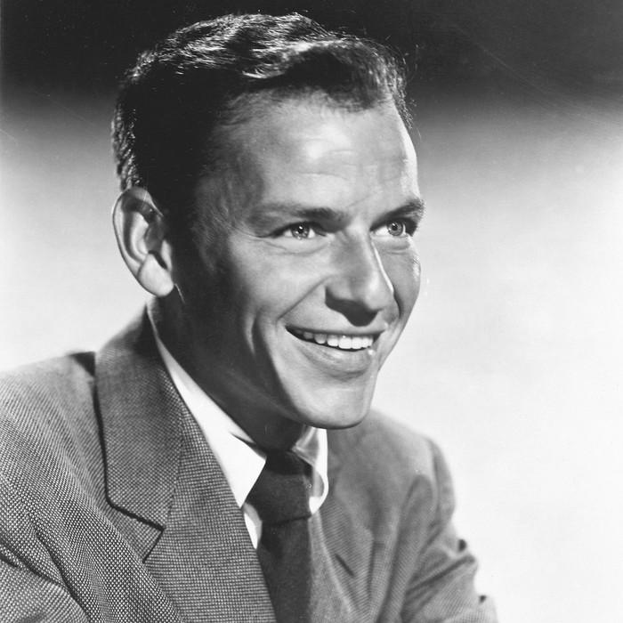 Sebelum manggung, Frank Sinatra membutuhkan banyak makanan dan minuman di belakang panggung. Mulai dari Absolut Vodka dan Chivas Regal sebanyak tiga lusin hingga obat batuk dan sandwich salad telur favoritnya. Foto: Istimewa