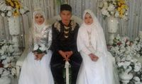 Viral Foto Pria Nikahi 2 Wanita, Netizen Sebut Pengantin Wanita Tak Bahagia