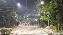Polisi Terus Tembakkan Gas Air Mata ke Massa Pericuh Dekat BPK