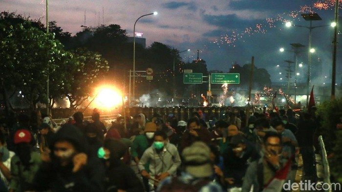 Polisi berusaha membubarkan massa yang menggelar aksi berujung rusuh di kawasan gedung DPR, Jakarta. (Ari Saputra/detikcom)