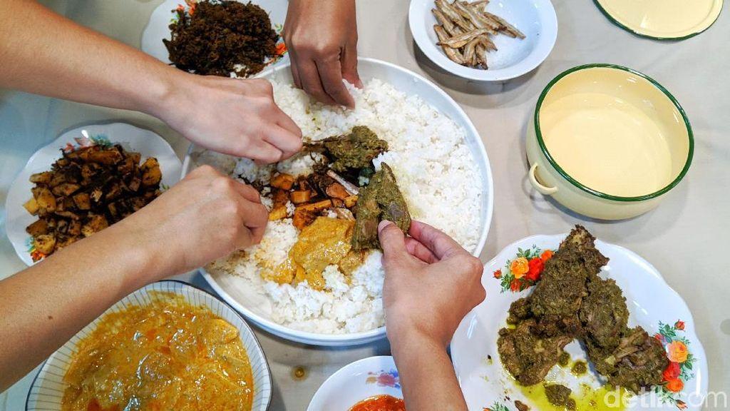 5 Fakta Unik Bajamba, Tradisi Makan Bersama yang Populer di Minang