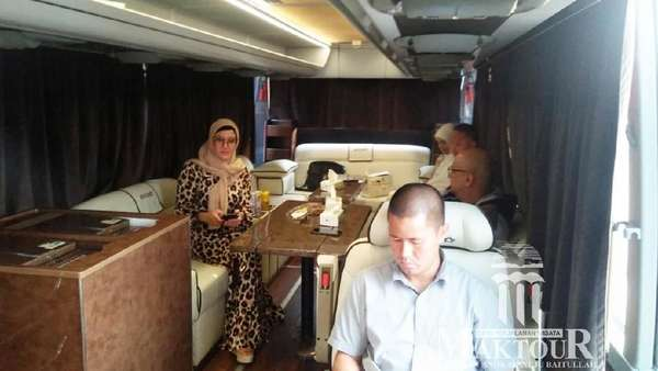 Umrah Naik Pesawat Jet, Penampilan Maia Berhijab Bikin Pangling